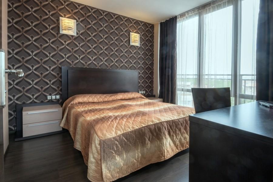 Лепене на тапети, мокет и монтаж на ламинат на Хотел Marieta Palace