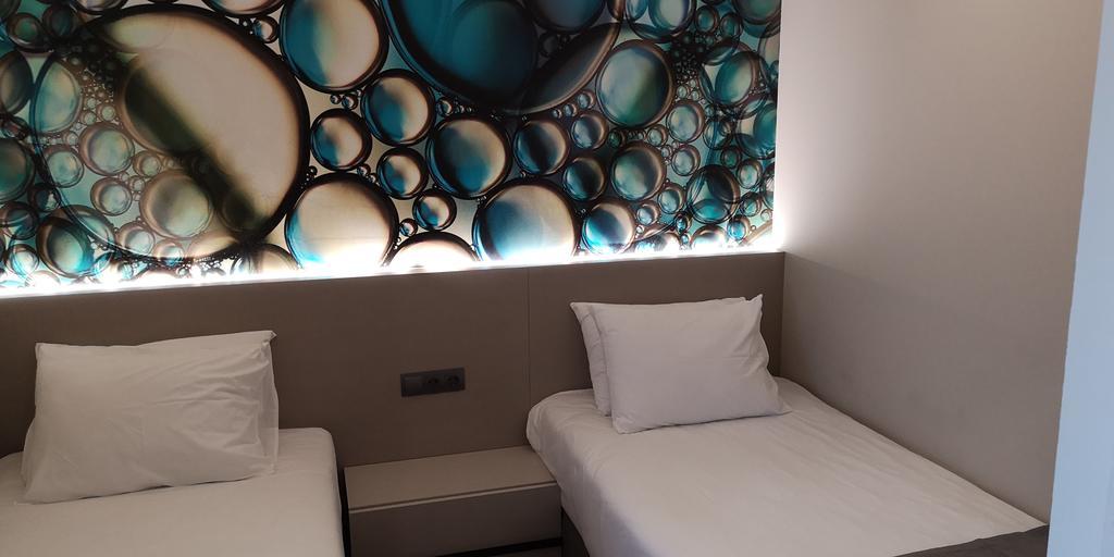 Лепене на тапети, мокет и монтаж на ламинат на Хотел Аква Парадайс Ризорт
