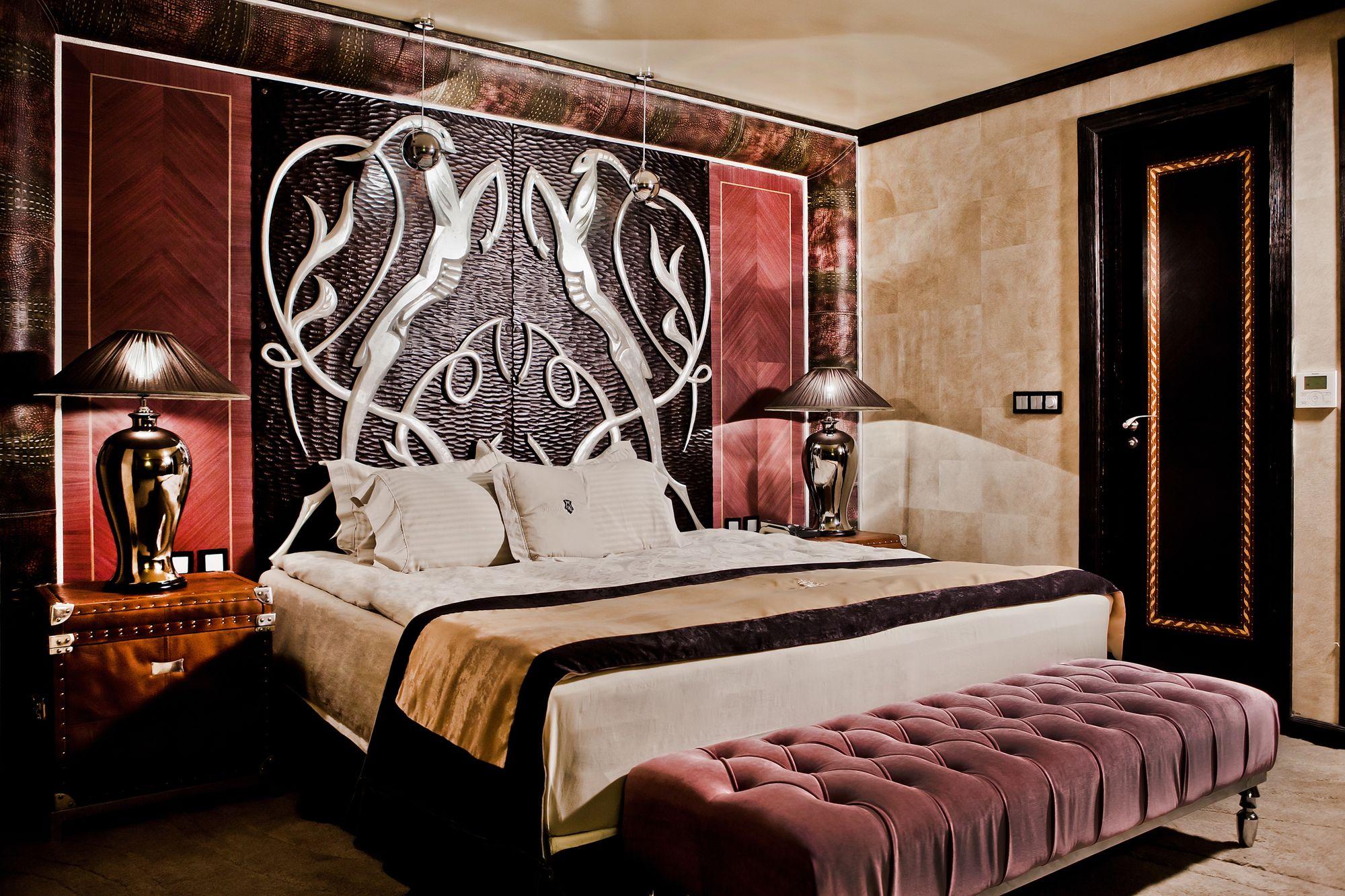 Лепене на тапети на Хотел Royal Castle Design and SPA