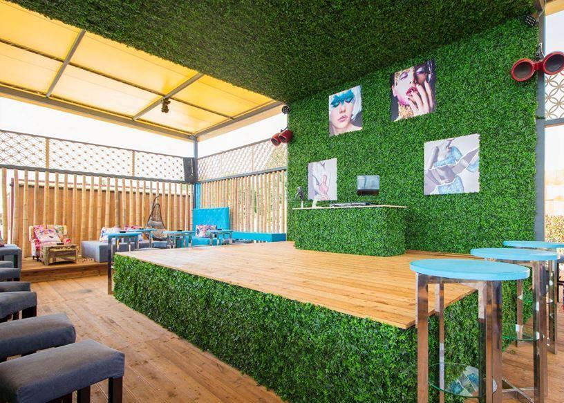 монтаж на изксутвена трева и декоративни растителни пана